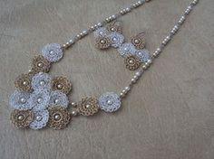 Collar tejido, flores, perlas.