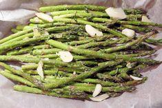 Geroosterde groene Asperges uit de oven / Asperge recepten | Zoutarm-maar-wel-lekker.jouwweb.nl Green Beans, Vegetables, Food, Ovens, Asparagus, Medium Length Hairs, Essen, Stoves, Vegetable Recipes