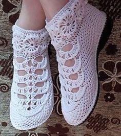 Este posibil ca imaginea să conţină: pantofi Crochet Sandals, Crochet Boots, Crochet Slippers, Crochet Clothes, Filet Crochet, Diy Crochet, Crochet Stitches, Crochet Baby, Crochet Shoes Pattern