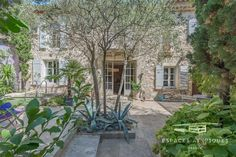 Pas besoin d'un grand jardin pour avoir une piscine! - Esprit Laïta Surface Habitable, Plants, Provence, Parking Spots, Beautiful Gardens, My Dream House, Lawn And Garden, Plant, Planets