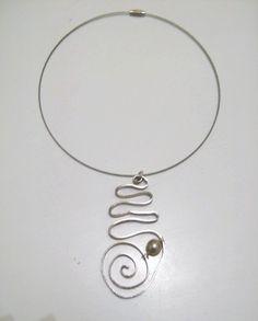 Pendentif en fil d'alu plat, gris argenté, pendentif moderne minimaliste par JULESetJADE sur Etsy https://www.etsy.com/fr/listing/224407017/pendentif-en-fil-dalu-plat-gris-argente