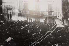 La bambina Bice Falchini, nipote dell'assessore socialista Bixio Falchini, partecipa a un comizio socialista davanti al Comune - 1920.