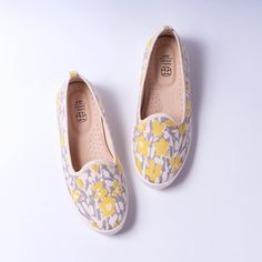 Japanese Outfits, Yellow Flowers, Women's Shoes, Loafers, Woman Shoes, Moccasins, Ladies Shoes, Boat Shoes, Loafer