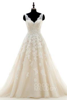Schickes Brautkleid in A-Linie mit V-Ausschnitt und Hofschleppe, aus Tüll und Spitze in elfenbein/champagner, ärmellos mit offenem Rücken und Applikationen. CWAT16004