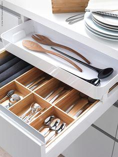 Lådor, luckor, knoppar och handtag sätter stilen i köket. Men glöm inte att insidan också räknas - det ska vara enkelt att hålla ordning och hitta det du behöver. Vi maximerar förvaringen med nya VARIERA i bambu.