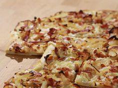 Alsaský cibulový koláč Savory Snacks, Hawaiian Pizza, Penne, Deli, Bon Appetit, Cauliflower, Food And Drink, Vegetables, Recipes