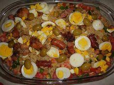 1ªPARTE Arroz da Vó   Ingredientes   .3 copos de arroz  .400 g linguiça de frango ou calabresa (fina) cortada em pedaços .pequenos.  .400 g de frango (coxas e sobrecoxas) cortados em pedaços .pequenos.  3 tomates  .2 cebolas grandes raladas  .2 pimentões médios  .alho  .sal  .óleo  .azeitonas  .azeite de oliva  .3 ovos cozidos