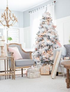 Ambiance shabby chic pour le salon avec ce sapin de Noël blanc