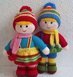 Renkli iplerden örülmüş örgü bebekler