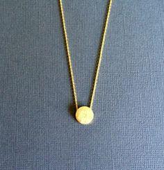 """18€ - Collier ras-de-cou doré """"Pastille"""" . Fine chaîne féminine. Look minimaliste chic. Dispo sur www.poppysquare.com"""