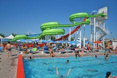 Beach Village Riccione... tanto divertimento in piscina. Un giro sugli scivoli d'acqua ed un tuffo in piscina.
