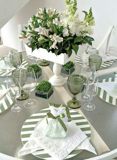 Green and White table Table Arrangements, Table Centerpieces, Flower Arrangements, Comment Dresser Une Table, Beautiful Table Settings, Dinning Table, Elegant Table, Deco Table, Decoration Table
