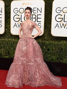 Ein Traum in Rosa: In Lily Collins zarte Zuhair Murad Couture Ballrobe haben wir uns auf den ersten Blick verliebt! Einer der schönsten Auftritt bei den Golden Globes 2017.