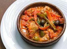 鶏肉のチリンドロン - 高森 敏明シェフのレシピ。チリンドロン(chilindrón)とは、お肉、タマネギ、トマト、ピーマンなどの炒め煮で、スペイン・北東部アラゴン地方の郷土料理です。レシピでは鶏肉を使いますが、現地ではウサギ肉や羊肉なども使用します。 生ハムとパプリカパウダーを加えることでコクを出します。ごはんやパンとともに。