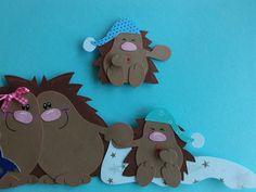 Igel bereiten sich auf den Winterschlaf vor. Die Kleinen sind schon müde. Fensterbild aus Tonkarton liebevoll gestaltet, beidseitig gearbeitet und akzentuiert ca. 19cm x 32 cm Sie...