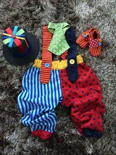 Fantasia de palhaço para bebês. <br>Acompanha cartola de EVA, gravata com ajuste de amarrar e sapatinho de tecido com tecido antiderrapante na sola. <br>Tamanho 1 ano padrão. Tem elásticos na cintura e alças, que faz com que sirva em qualquer bebê de 1 ano (exceto bebês muito maiores ou muito menores que o normal). <br>Pode ser feito mais curto, tipo bermuda. <br> <br>Ao comprar, informe suas preferências e a data da festa. <br> <br>*Pronta entrega válida somente para fantasias tipo calça…