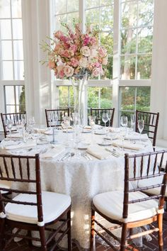Centro de mesa con rosas de colores blush. #DecoracionBoda