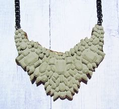 Pierres précieuses Chunky béton naturelles strass bavoir collier en doré or