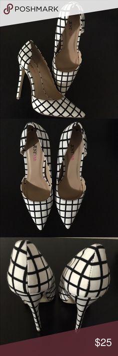 """✨🆕Listing✨Black/White Patterned Heels 👠 NWOT Brand new cute pumps from JustFab. Heel measures 4.5"""" JustFab Shoes Heels"""