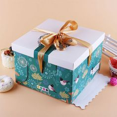Buy Top and Bottom Style Cake Boxes Directly from the Cake Box Factory for Sweet Savings. You have found the source for premium cake boxes! Welcome to contact us for more detail. Cake Boxes Packaging, Packaging World, Design Packaging, Packaging Ideas, Macaron Boxes, Cupcake Boxes, Bakery Box, Bakery Cafe, Make Design