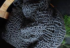 DIY-Strickanleitung für eine kuschelige Strickdecke. Diese wärmende Strickdecke ist perfekt für die Winterzeit.