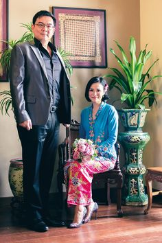 Channel News Asia's Glenda Chong wore her hair in a sleek bob for her #peranakan-themed #solemnisation ceremony.