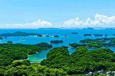 「九十九島【長崎県】」  島の密度が日本一!九十九とは数えられないぐらいたくさんあるという意味で、それだけ多くの島が寄り集まっているということです。   正確には島は208あり、名前負けするどころか、むしろ名前よりも多い!そんな島々を見渡せる眺望スポットが4箇所あり、それぞれ違った顔を見られるので、九十九島を訪れた際には全部回ってみてくださいね。