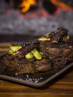 BILTONG AND AVOCADO STEAK | Jan Braai Fillet Steak Recipes, Onion Sauce, Biltong, Worcestershire Sauce, Natural Energy, Camping Meals, Balsamic Vinegar, Avocado, Beef