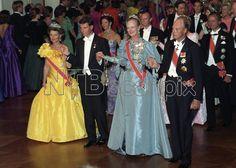 Oslo 19910719 Kronprins Haakon fyller 18 år, og dagen før myndighetsdagen er det gallamiddag og ball på Slottet. Polonese i ballsalen, f.v. dronning Sonja, kronprins Haakon, dronning Margrethe og kong Harald. NTB arkivfoto: Morten Hvaal / SCANPIX
