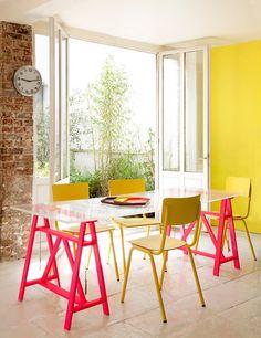 Mesa moderna com paredes rústicas e amarela ;)