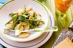 Gnocchi z szałwią, fasolką szparagową i parmezanem #smacznastrona #przepisytesco #poradytesco #gnocchi #fasolkaszparagowa #food #pycha