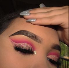 Mascara allows you to darken and extend your eyelashes to true movie starlet glamour, and forms the central piece of many women's make up bags. Get the most from this essential bit of make up kit with these three essential mascara tip Makeup Eye Looks, Eye Makeup Art, Cute Makeup, Pretty Makeup, Skin Makeup, Eyeshadow Makeup, Eyeliner, Makeup Brushes, Glitter Eyeshadow