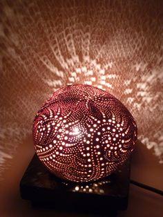 Lampe d'ambiance féerique en noix de coco sculptée