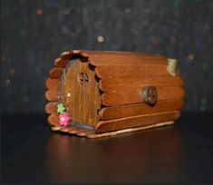 Hobbit house made from paddle pop sticks . Hobbit house made from paddle pop sticks Popsicle Stick Houses, Popsicle House, Popsicle Stick Crafts, Fairy Village, Fairy Garden Furniture, Fairy Crafts, Fairy Garden Houses, Fairy Gardening, Diy Fairy House