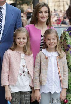 La Reina Letizia junto a la Princesa Leonor y la Infanta Sofía en la Misa de Pascua 2016