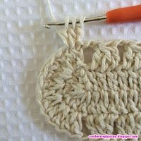 No passo a passo de hoje vamos aprender como confeccionar este lindo tapete oval modelo Russo. Crochet Doily Rug, Crochet Coaster Pattern, Crochet Rug Patterns, Crochet Tablecloth, Crochet Crafts, Free Crochet, Back Post Double Crochet, T Shirt Yarn, Knitted Bags