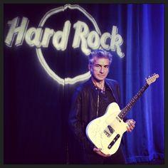 #LucianoLigabue Luciano Ligabue: Luciano è il primo artista italiano a donare la propria chitarra all'Hard Rock Cafè di New York! #mondovisionetour #ligaworldtour Hard Rock, Rock Cafe, Dancing In The Dark, For You Song, Music Instruments, New York, Rumore, Rockers, Lamps