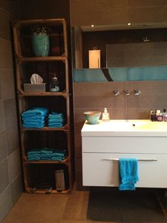 Mooi contrast dat hout met die blauwe handdoeken.