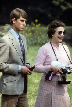 WINDSOR, UNITED KINGDOM - MAY 16 : Queen Elizabeth ll, accompanied by Prince Edward, takes photographs with her camera during Windsor Horse Show on May 1982 in Windsor, England. (Photo by Anwar Hussein/Getty Images) via Prince Edward, Prince Philip, Prince William, Duchess Of York, Duke And Duchess, Claudia Lars, Princess Kate Middleton, House Of Windsor, Royal House