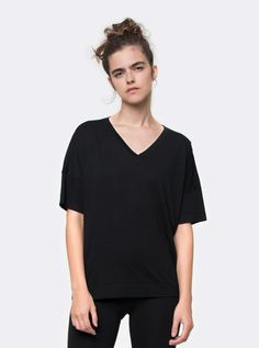 2132a1db35 basico.com - camiseta gola v cubo pima preto feminina