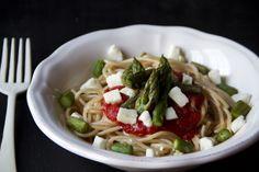Spaghetti al farro con pomodoro, asparagi e feta
