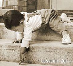 Freie Bewegungsentwicklung - Kinder gehen die Treppen zuerst kopfüber herunter