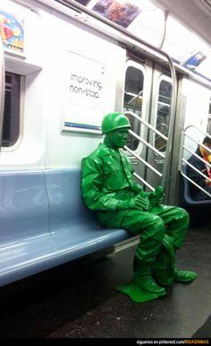 Disfraz de soldado de juguete en el metro. Lo más normal del mundo.
