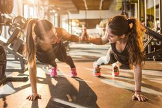 Some people swear by HIIT workouts. Others wonder what they even are. In short, HIIT stands for high-intensity interval training, which involves a short workout and quick bursts of energy with quick resting periods. (Most HIIT workouts are not more than 3 Hiit, Tabata Workouts, Workout Gear, Hitt Workout, Workout Diet, Sport Style, Sport Chic, Photos Fitness, Sport Videos