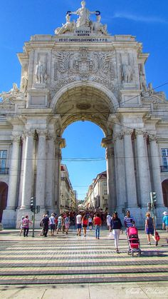 Foto: Arco Triunfal a partir da Praça do Comércio - Lisboa  O Arco da Rua Augusta é um arco triunfal situado na parte Norte da Praça do Comércio, sobre a Rua Augusta, em Lisboa, Portugal.  A sua construção começou após o terramoto de 1755, mais concretamente em 1775, mas esta primeira versão, que poderá não ter sido concluída, viria a ser demolida em 1777, após o início do reinado de D. Maria I e a demissão do Marquês de Pombal. Em 1873, recomeçou a edificação do arco segundo o projecto do…
