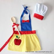 Kit Avental Infantil Coleção Princesas - Branca de Neve com chapéu de cozinheiro Dress Up Aprons, Cute Aprons, Sewing Hacks, Sewing Crafts, Sewing Projects, Sewing For Kids, Diy For Kids, Disney Aprons, Princess Aprons