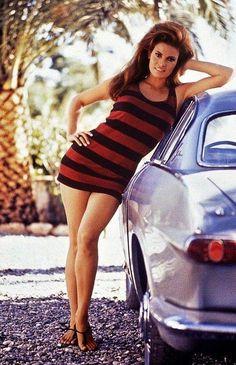 La escultural Raquel Welch apoyándose sobre un Volvo P1800 (circa 1964)