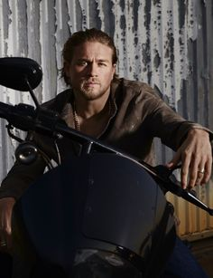 Charlie Hunnam so hot as Jax Teller on Sons of Anarchy Brad Pitt, Sons Of Anarchy Cast, Cyberpunk, Ricardo Baldin, Charlie Hunnam Soa, Jax Teller, Raining Men, Andrew Lincoln, Photos Du