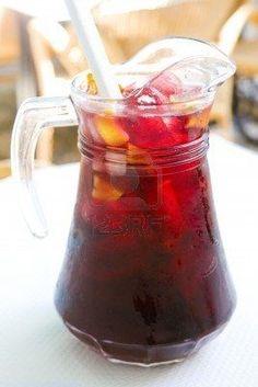 Alcoholvrije Sangria Met deze ingrediënten maak je ongeveer twee liter heerlijke alcoholvrije Sangria: 1 geschilde sinaasappel in stukjes 1 perzik in stukjes 1 appel in stukjes 1 limoen in partjes, met schil 1 liter druivensap 500 ml ijskoud bronwater (bruisend) 250 ml sinaasappelsap Voeg het fruit, de sinaasappelsap en de liter druivensap bij elkaar in een grote kan. Zet het geheel 1 a 1,5 uur weg in de koelkast. Doe hier het ijskoude water bij .