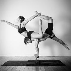 Beautiful counterbalance on canes. Partner Yoga, Arco Yoga, 2 Person Yoga Poses, Acro Yoga Poses, Yoga Master, Wednesday Workout, Fit Couples, Asana, Lose Belly Fat
